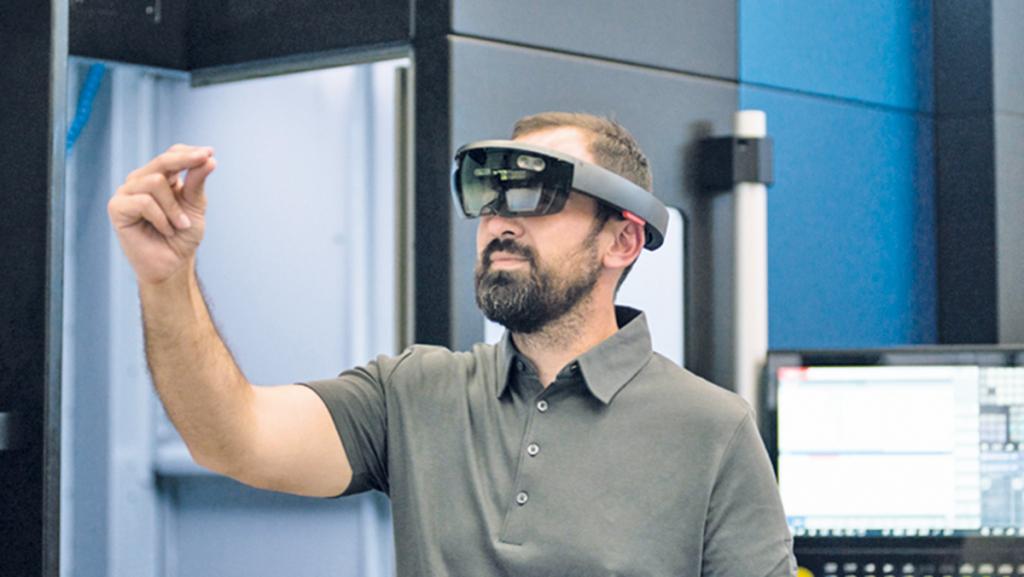 Smarter Service: Schaut der Kunde mit der Datenbrille auf seine Anlage, sieht der Techniker bei Burkhardt+Weber genau das Gleiche. Foto: Burkhardt+Weber