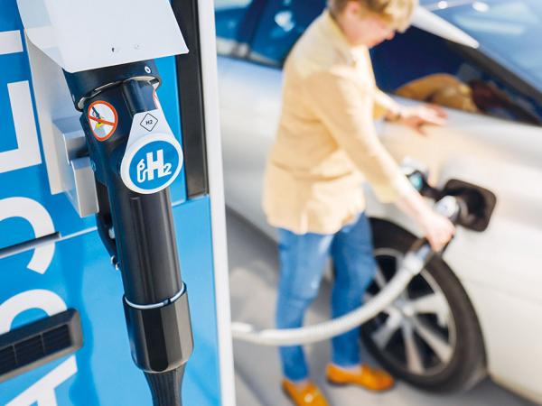 Wasserstofftankstelle: Bis 2030 sollen allein in Nordrhein-Westfalen 200 solcher Stationen stehen. Aktuell sind es 15. (Foto: imago images/Rupert Oberhäuser)