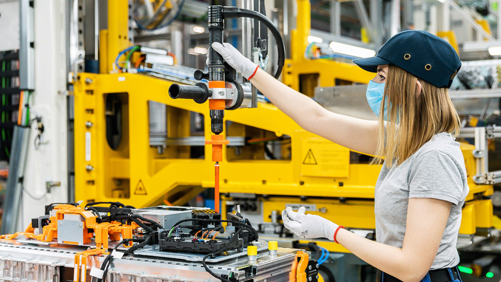 Batteriefabrik (hier Mercedes-Tochter Accumotive im sächsischen Kamenz): Bisher kommen die meisten Akkus aus Asien, das soll sich ändern. (Bild: Daimler)