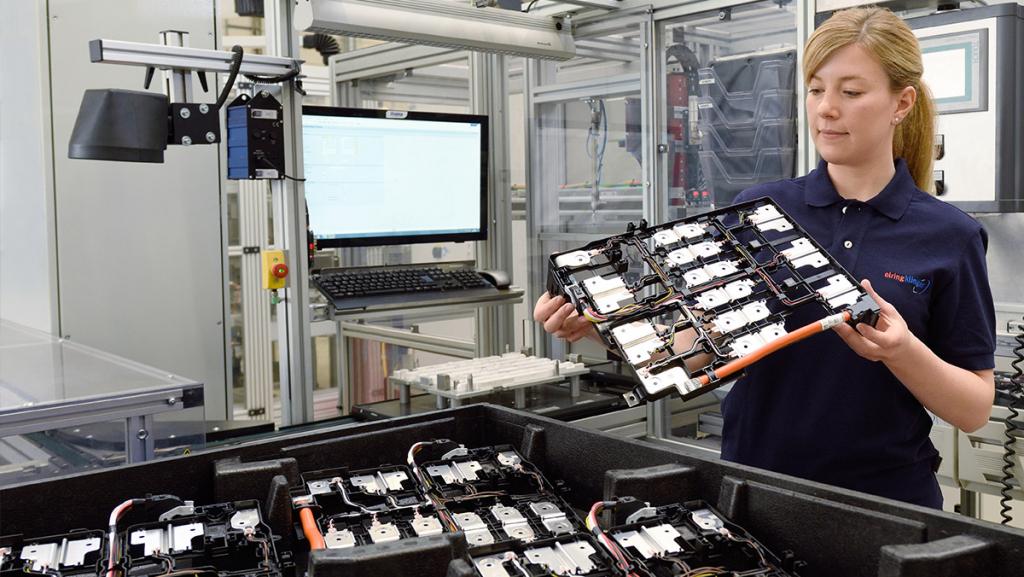 Sichtprüfung bei der Produktion von Zellkontaktiersystemen für Batteriesysteme von ElringKlinger: Groß geworden ist das schwäbische Unternehmen mit Zylinderkopfdichtungen. (Foto: ElringKlinger)