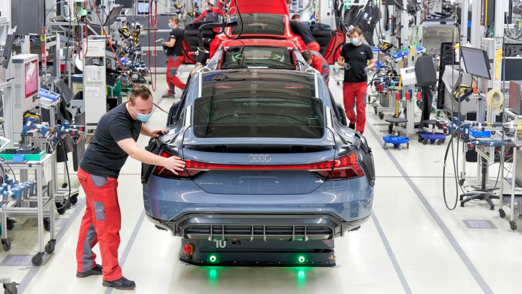 Produktion des Audi e-tron GT in der Sportwagenmanufaktur Böllinger Höfe bei Heilbronn: Die Batterie des viertürigen Sportwagens hat eine Reichweite von 490 Kilometern. (Foto: AUDI AG)