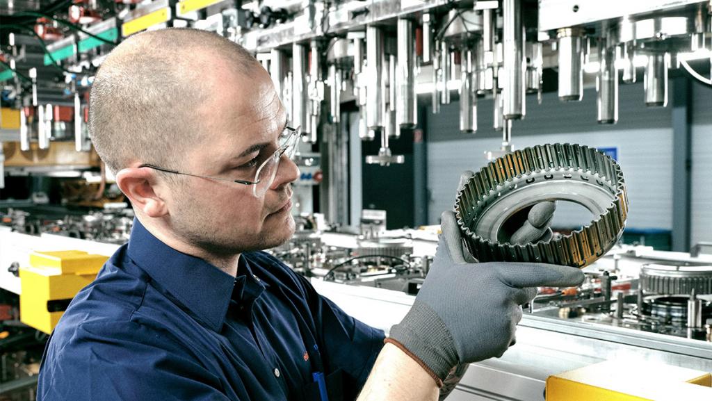 Teile für Elektroauto-Getriebe (hier die Fertigung bei ElringKlinger): 150 Milliarden Euro investiert die Branche bis 2025 in die E-Mobilität. (Foto: Hutzenlaub)